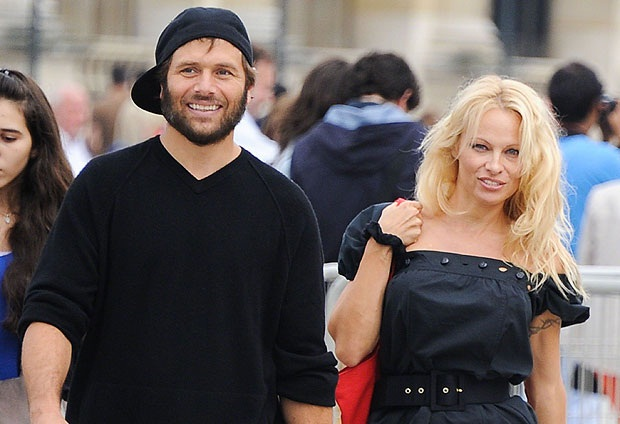 Pamela Anderson Again Stays With Husband Rick Salomon, Withdrew Divorce File 1