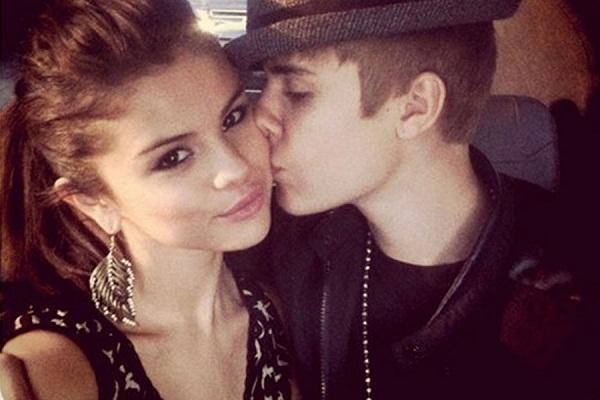Just Like Justin Bieber Selena Gomez Posts Cute Selfie