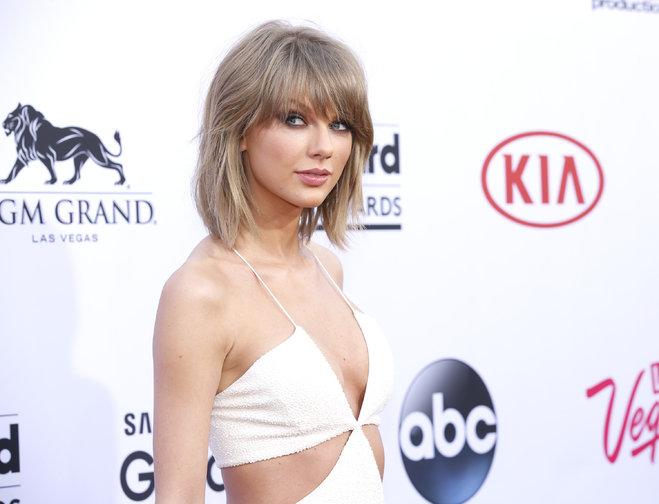 Taylor Swift donates $50,000 to fan with leukemia