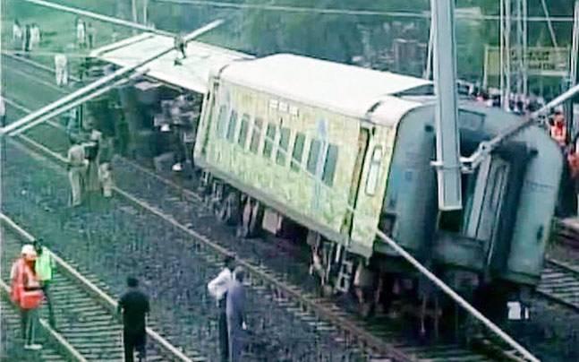 Derailed Mumbai-bound Duronto Express train