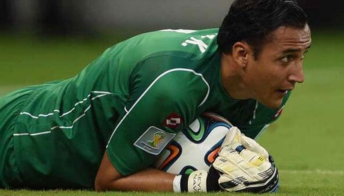 Goalie Keylor Navas comforted by Rafa Benitez after transfer deal collapses