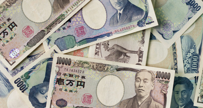 1000 yen bills and 10,000 yen bills spread out on a table