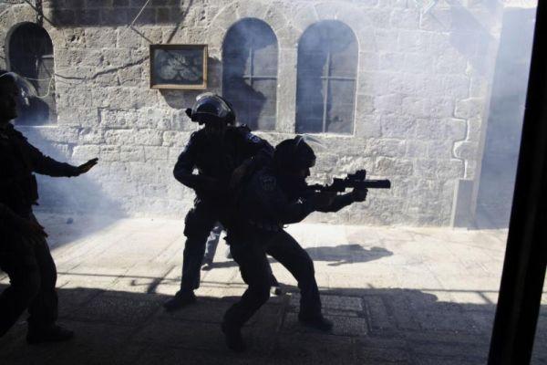 Israeli border policemen fire tear gas during