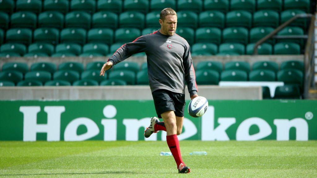 England football manager likens striker to'Jonny Wilkinson