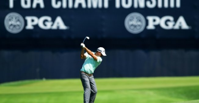 GETTY IMAGES NORTH AMERICA  AFP | On top Kevin Kisner at the 18th hole on Friday